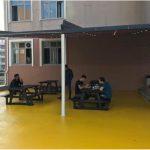 Fatih Sultan Mehmet Öğrenci Yurdu bahçe oturma alanı